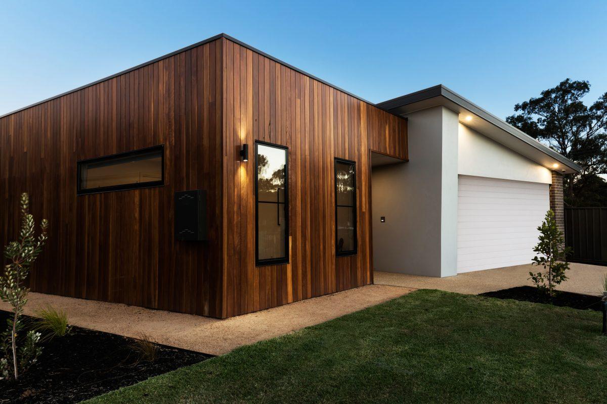 Construction d'une villa avec bardage de bois en extérieur