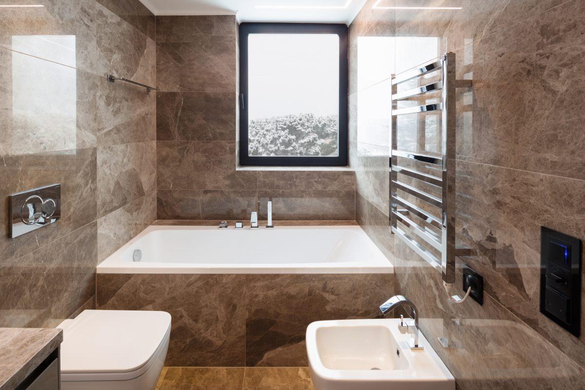 Pose de marbre par nos carreleur dans une salle de bains.
